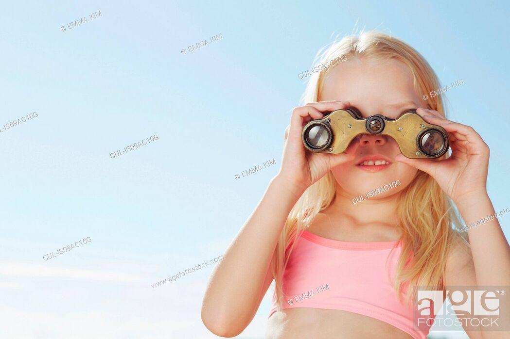 Imagen: Girl looking through binoculars.