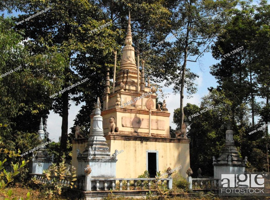 Stock Photo: abundant shrine in the gardens of Old Temple by the Mekong river, phnom penh , cambodia.