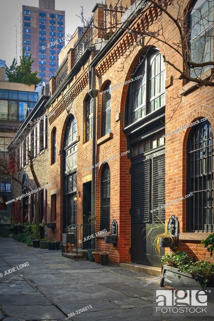 Imagen: New York City, Manhattan. Looking at Sniffen Court, a Private Courtyard Street in the Murray Hill Section of Manhattan.