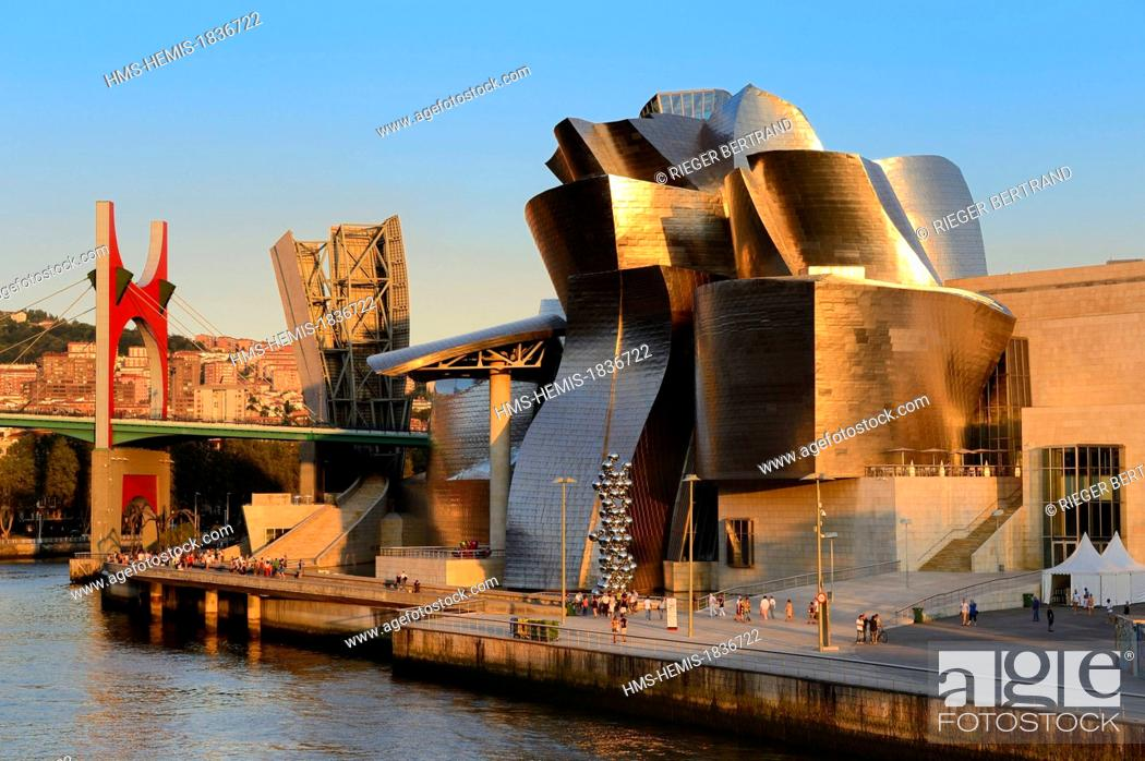 Photo de stock: Spain, Basque Country Region, Vizcaya Province, Bilbao, the Guggenheim Museum designed by Frank Gehry and the Salve bridge with Les Arches Rouges artpiece by.