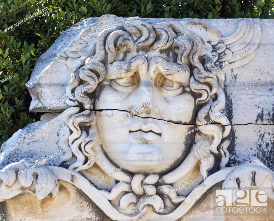 Imagen: Ruins of ancient Didyma at Didim, Aydin Province, Turkey. Carved relief of the head of Medusa.