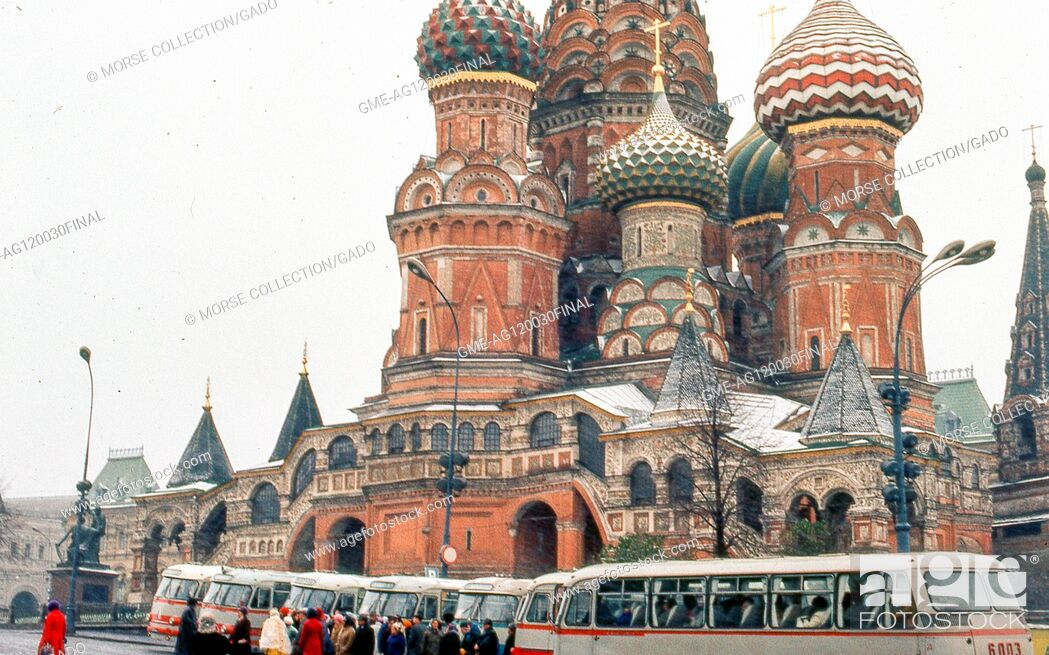 Imagen: View facing northeast of St Basil's Cathedral in Red Square, Moscow, Soviet Russia (USSR), November, 1973. Travelers congregate beside their tour buses idling.