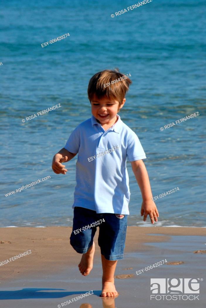 Imagen: Baby boy two years old running on the beach, San Juan, Alicante, Comunidad Valenciana, Spain.