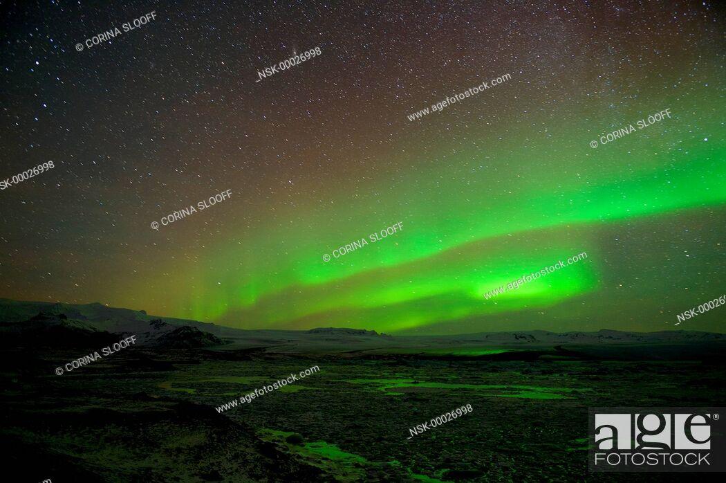 Imagen: Aurora borealis over a glacier and its lake, Iceland, Jokulsarlon.
