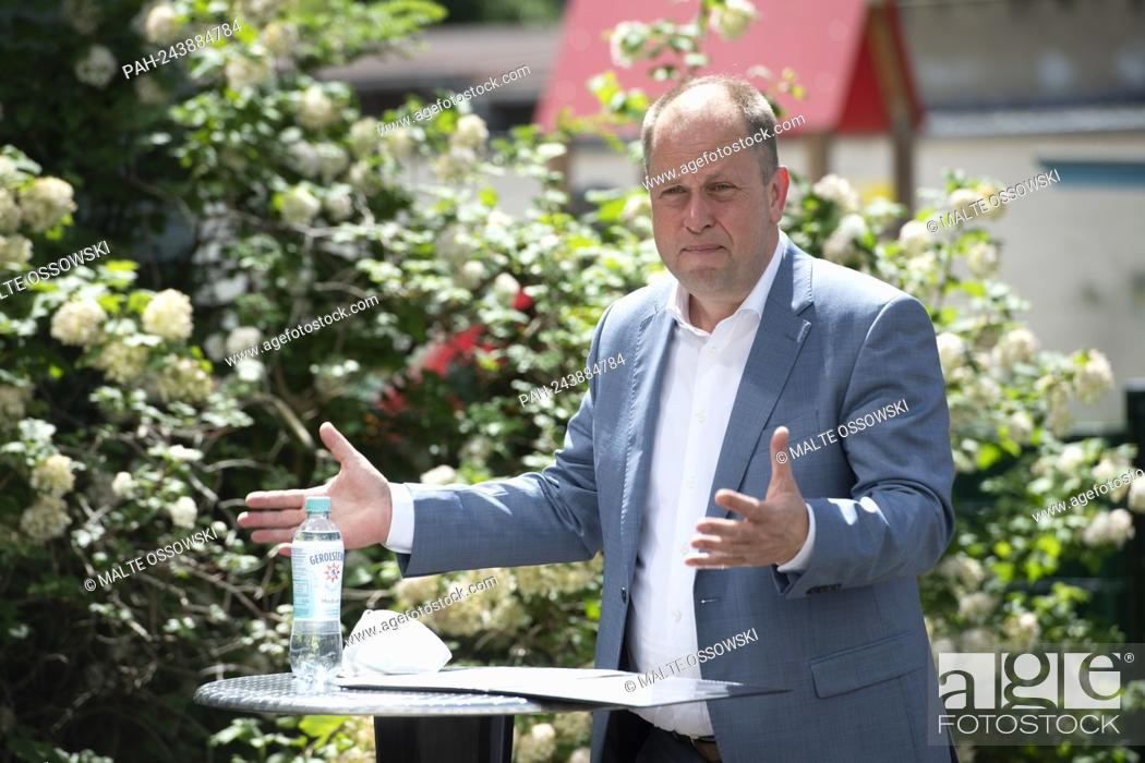 Photo de stock: Dr. Joa? Chim STAMP, FDP, minister for children, fa? Mi? Lie, refugee lin? Ge and in? Te? Gra? Ti? On of the state of North Rhine-West? Fa? Len and positions?.