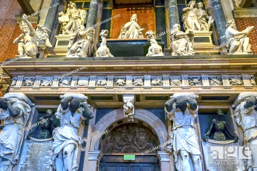Imagen: Santa Maria Gloriosa de Frari Church Monument to Doge Giovanni Pesaro, Venetian ruler, San Polo Venice Italy. Church completed mid 1400s. Tomb.