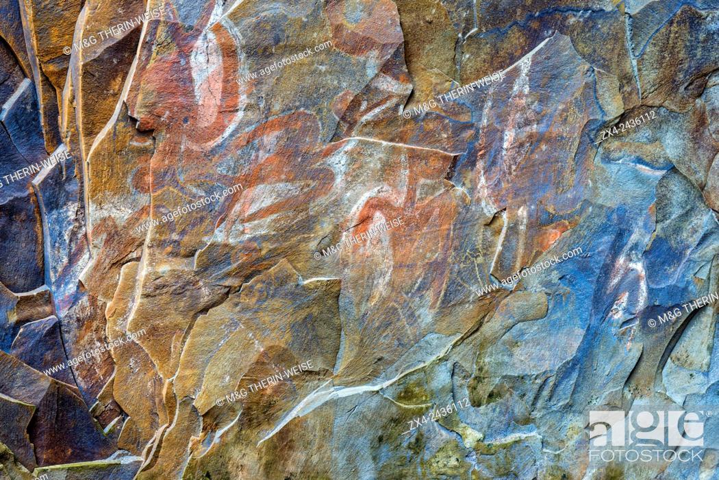 Imagen: Rock paintings in a ceremonial cave, Ana Kai Tangata, Hanga Roa, Rapa Nui National Park, Easter Island, Chile, Unesco World Heritage Site.