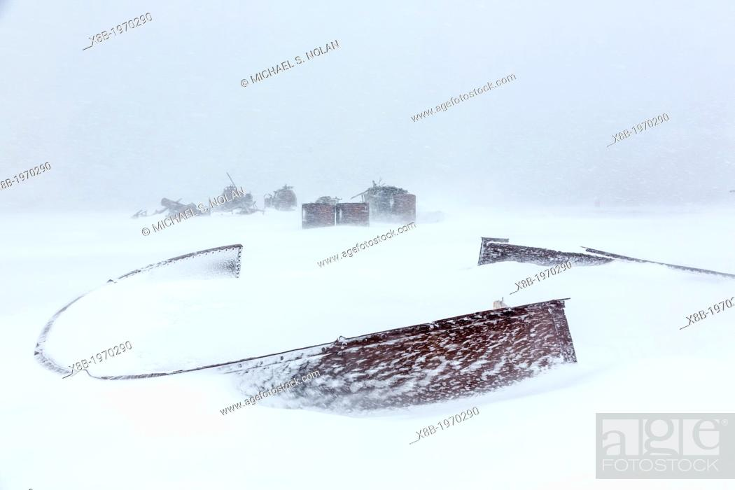 Imagen: Remains of the abandoned whale station in Port Foster, Deception Island, South Shetland Islands, Antarctica.
