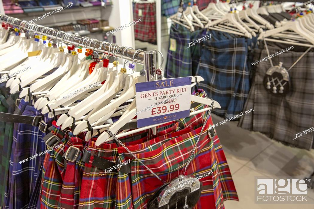 Imagen: Mens party tartan kilts on sale in a store in Edinburgh, Scotland.