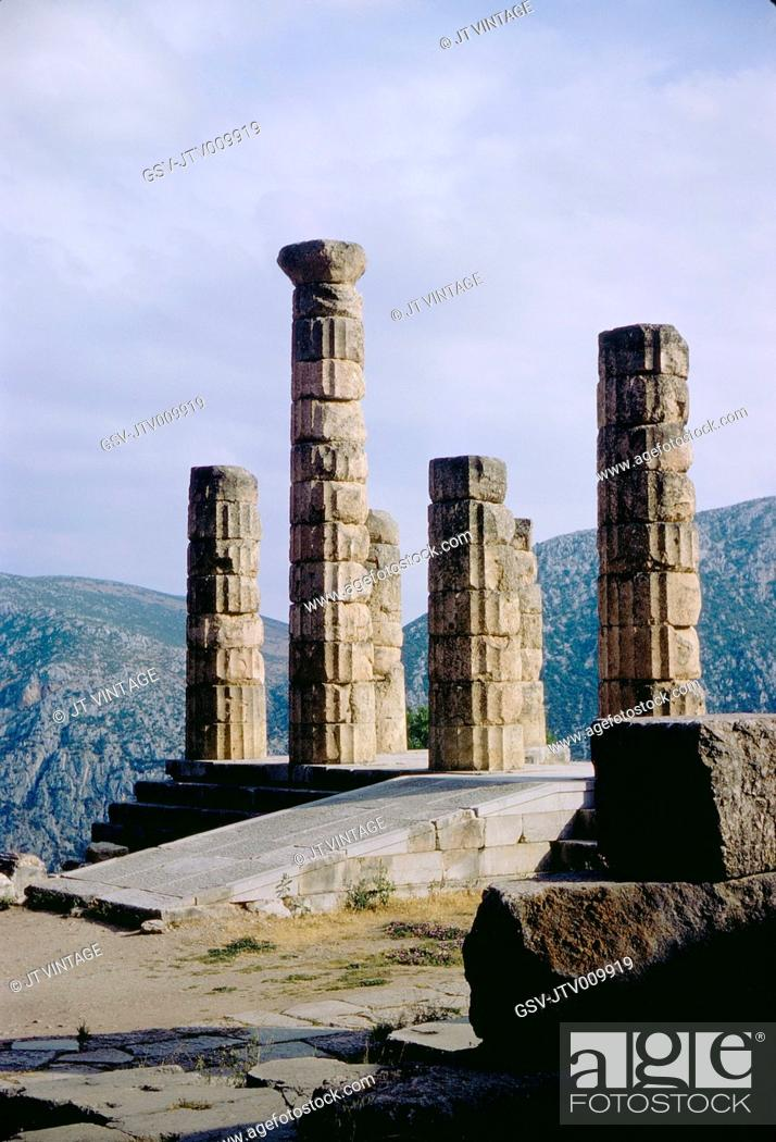 Imagen: Ruins of the ancient Temple of Apollo, overlooking the valley of Phocis, Delphi, Greece, 1963.