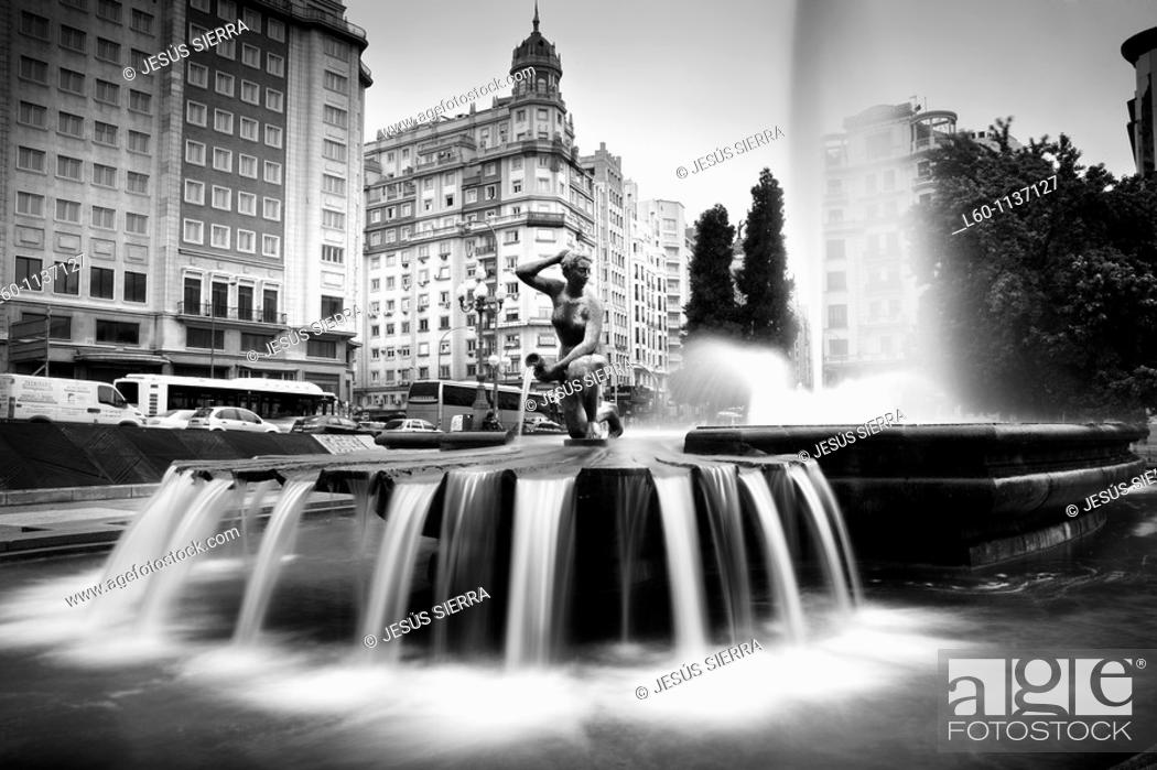Stock Photo: Fountain in Plaza de España, Madrid, Spain.