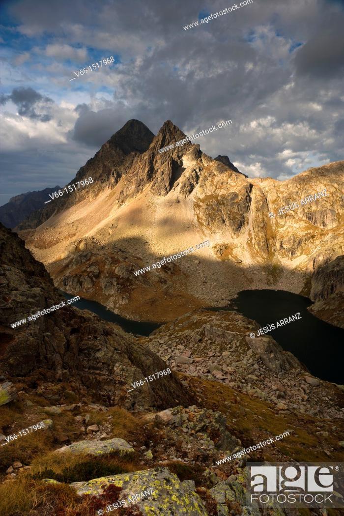 Imagen: Arriel peaks and lakes seen from Balaitus.