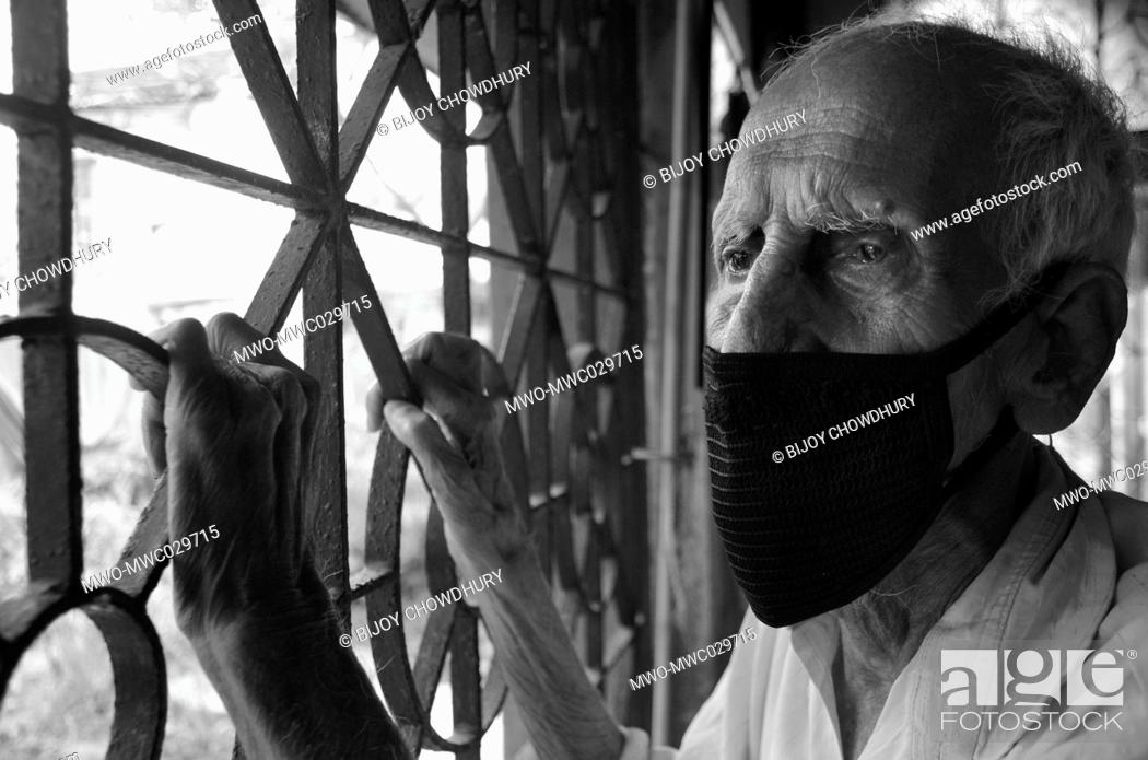 Imagen: The sad old man in the time of lockdown for COVID-19 epidemic looking at the abandoned streets through his melancholic eyes, Nabagram; Hooghly.