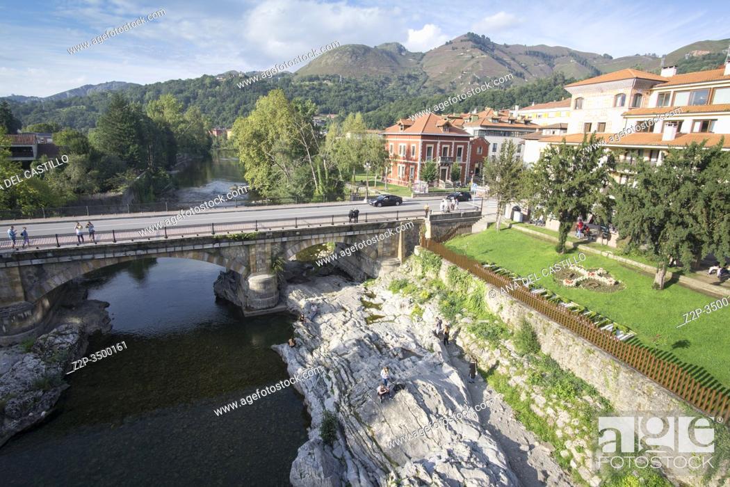 Imagen: Cangas de Onis town in Asturias Spain. The Roman bridge over Sella river.