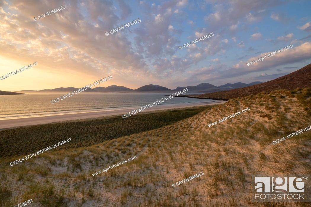 Photo de stock: Grassy sand dunes above Luskentyre beach, Isle of Harris, Outer Hebrides, Scotland.