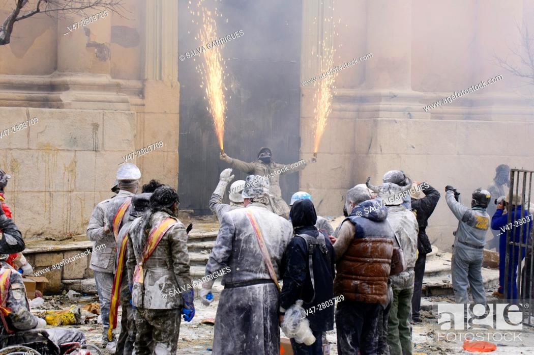 Imagen: The party of Els Enfarinats (The floured ones), The inhabitants of Ibi make a war with eggs and firecrackers every December 28, Alicante, Valencia, Spain.