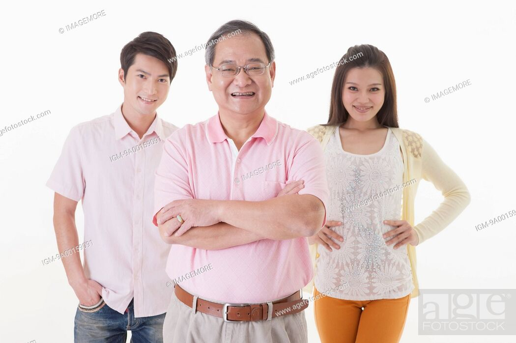Imagen: Family with two children standing and smiling at the camera.
