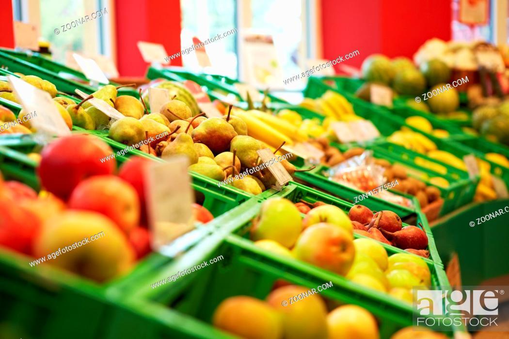 Imagen: Gefüllter Obstbereich mit Äpfeln und Birnen im Supermarkt.