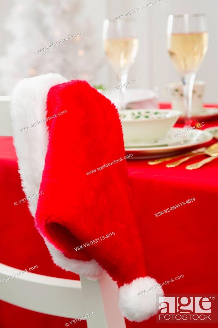 Imagen: Santa hat and Christmas table.