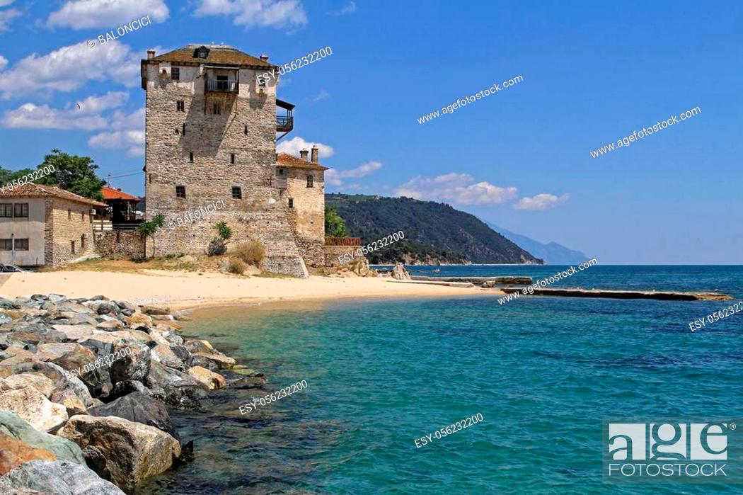 Imagen: Medieval Ouranoupoli Byzantine Tower at Aegean Sea in Greece.