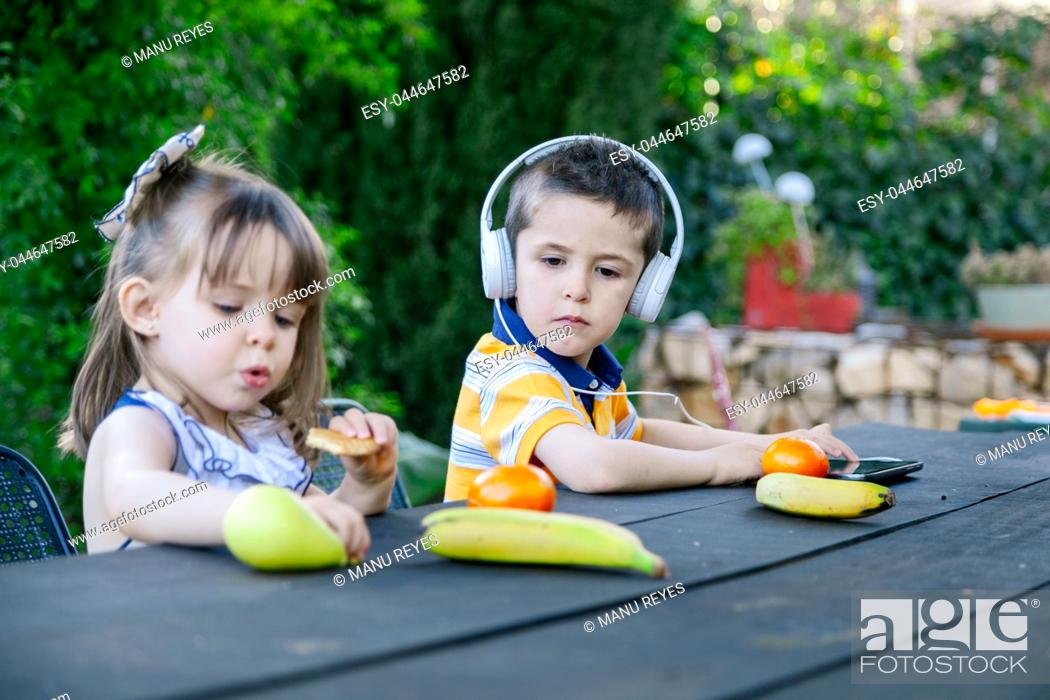 Imagen: Children playing outdoors with different fruits. Madrid, Spain.