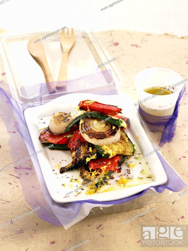 Imagen: ensalada de calabacin, cebolla tierna y pimiento rojo.