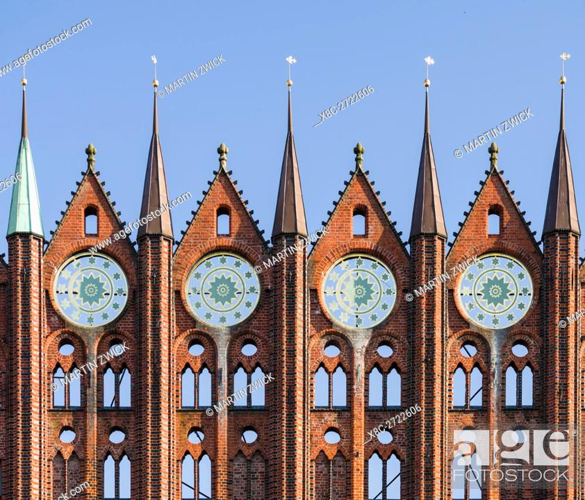 Imagen: The Alte Markt (old market) with the iconic town hall. The Hanseatic City Stralsund. The old town is listed as UNESCO World Heritage.
