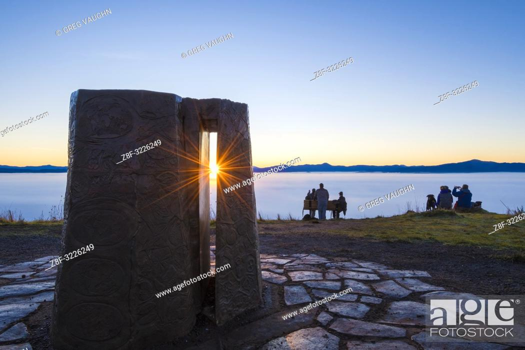 Imagen: New Year's sunrise and the Kesey Memorial at the summit of Mount Pisgah; Howard Buford Recreation Area, Eugene, Oregon. Created by sculptor Pete Melzer.