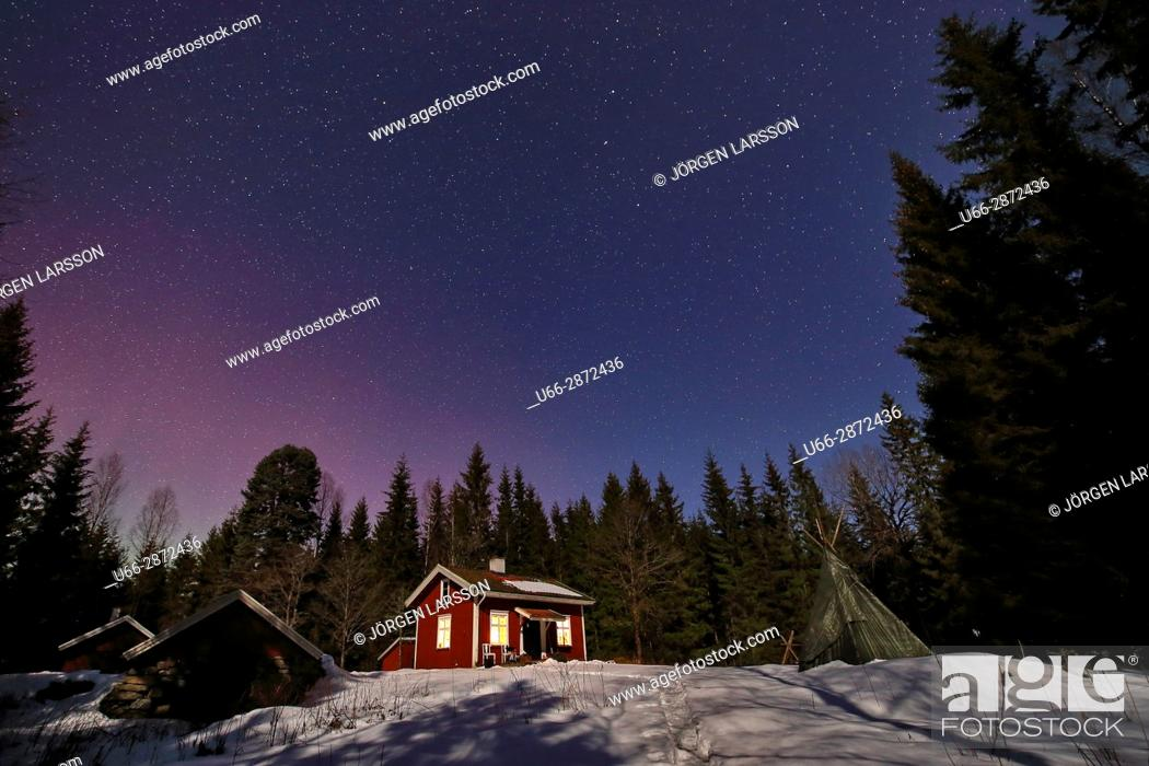 Imagen: Illuminated house against night sky, Varmland, Sweden.