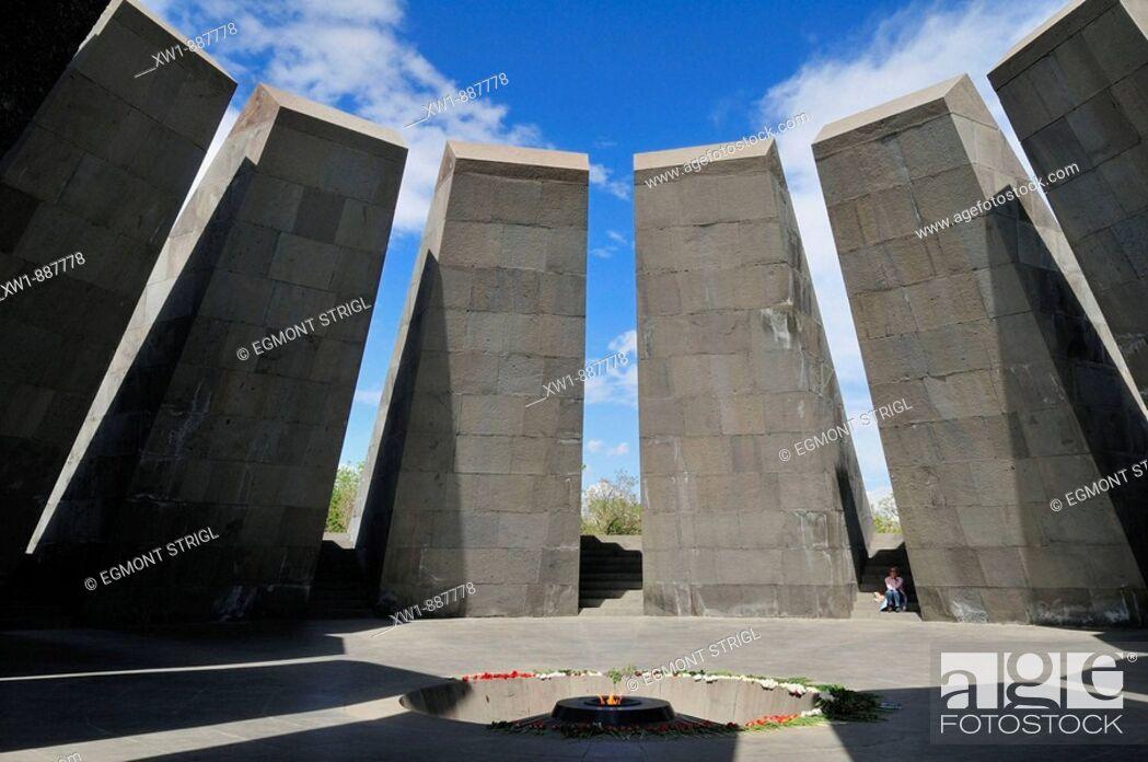 Imagen: Armenian Genocide Memorial Tsitsernakaberd with eternal flame, Yerevan, Armenia, Asia.