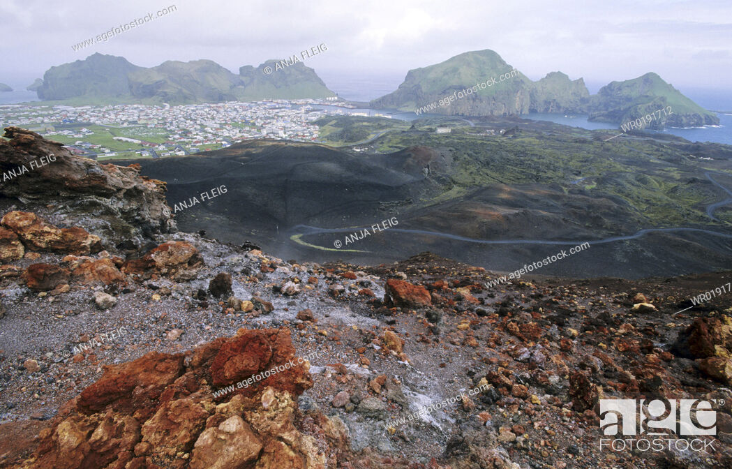 Imagen: View from the Volcano Eldfell down to the settlement Heimaey Vestmannaeyjar Islands, Southern Iceland.