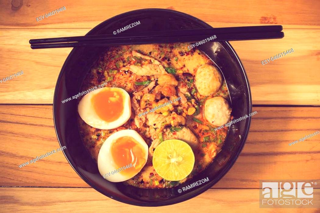 Imagen: bowl of noodles with vegetables and soft boiled egg on wooden table. delicious noodle. Instant noodle. hot noodle.Homemade Quick Ramen Noodles with egg.