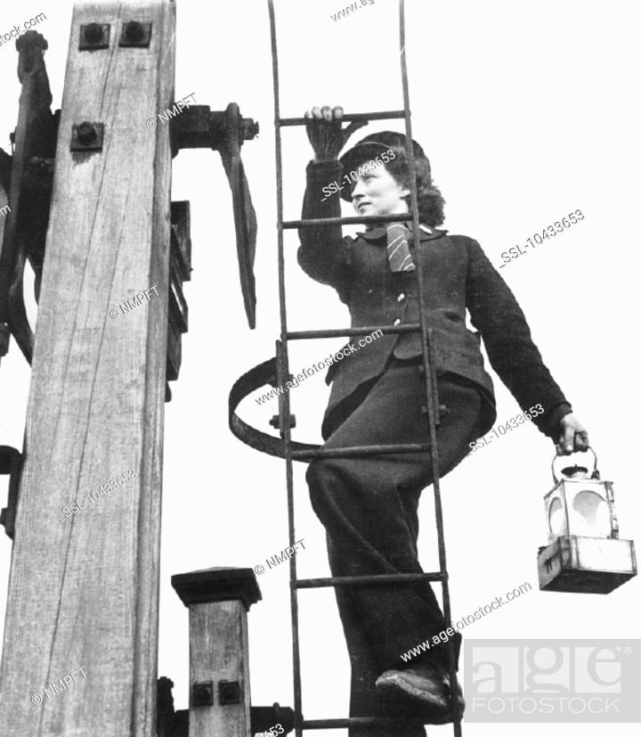 Photo de stock: 'Britain's army of women railway workers are doing a mighty fine job these days. Over 50, 000 of them have been employed by the different companies to replace.
