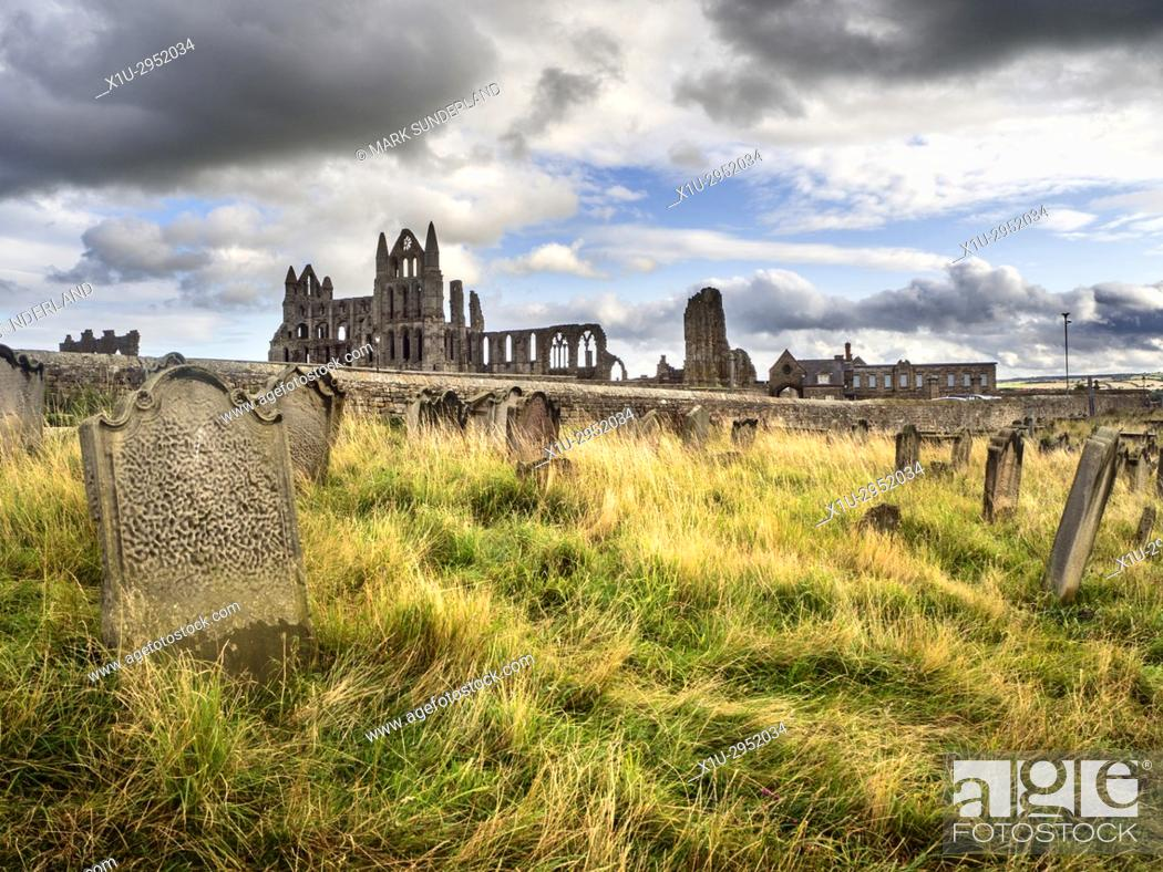 Imagen: Whitby Abbey from St Marys Churchyard Whitby Yorkshire England.