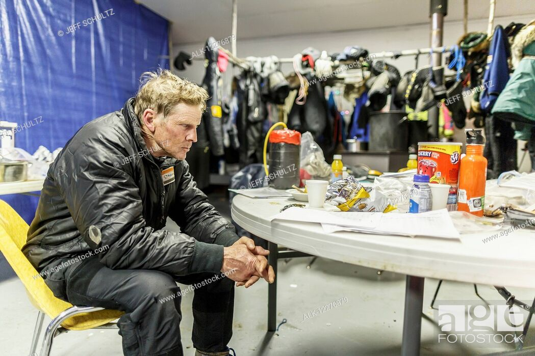 Imagen: Lachlan Clarke has the 1, 000 mile stare as he rests in the community center as musher gear dries in the backgroud at the Tanana checkpoint during Iditarod 2015.
