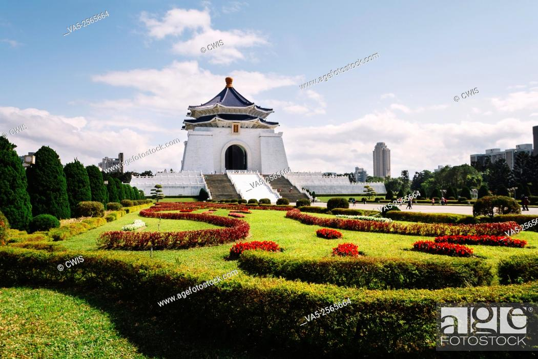 Imagen: Taipei, Taiwan - the view of Chiang Kai-shek Memorial Hall at Liberation Square in the daytime.