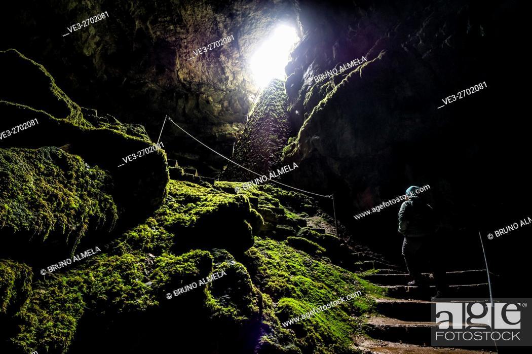 Imagen: Inside Alcorón Chasm near Villanueva de Alcorón, in Alto Tajo Natural Park, (Guadalajara Province, Castilla- La Mancha Region, Spain).
