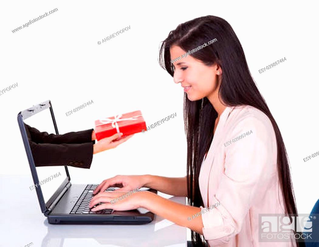 Imagen: Woman doing online shopping sitting at her laptop.