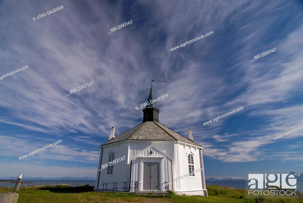 Imagen: The white wooden octagonal church of Dverberg against a cloudy sky, on the island of Andøya, Andoya, part of the archipelago of Vesterålen, Vesteralen, Nordland.