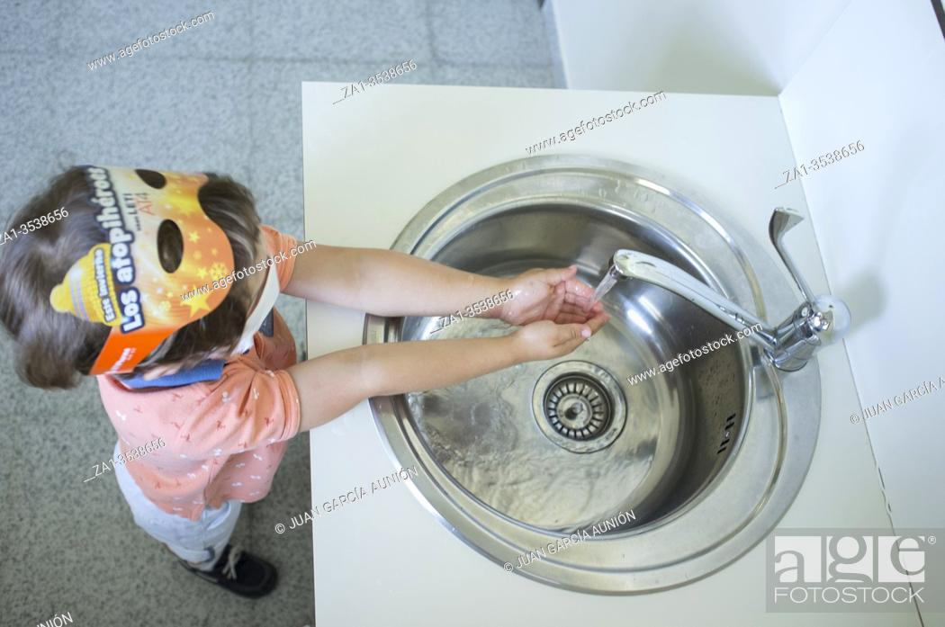 Imagen: 3 years boy washing hands at healthcare sink. Hygiene habits concept during Covid-19 pandemic.