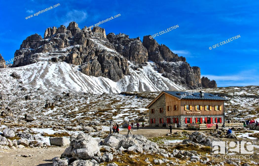 Photo de stock: Berghütte Rifugio Lavaredo, Lavaredohütte, am Drei-Zinnen-Wanderweg, hinten der Gipfel Passportenkofel, Croda Passaporto, Sextner Dolomiten, Südtirol.