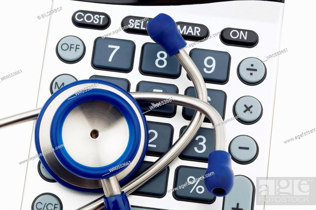 Imagen: A stethoscope and a calculator.Costs of health and medicine.