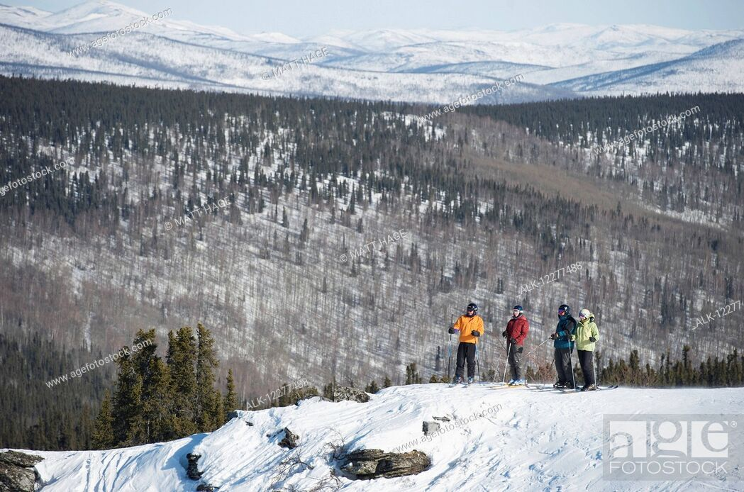 Imagen: Friends take in the view during a day of downhill skiing at Mt. Aurora Skiland near Cleary Summit north of Fairbanks, Alaska.