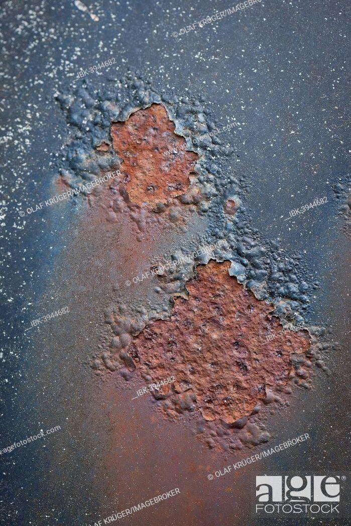 Imagen: Rust, peeling paint, car body, Kyrkö Mosse junkyard, Ryd, Tingsryd, Kronoberg County, Sweden.