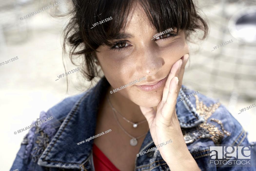 Imagen: Close-up portrait of young woman.