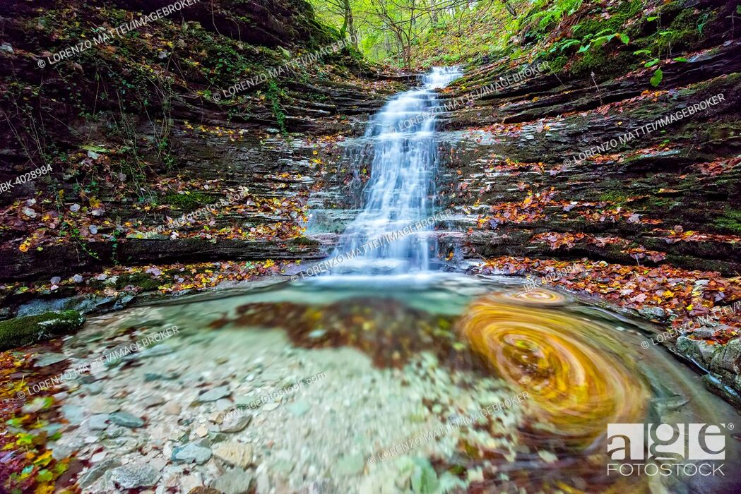 Imagen: Waterfall in the forest in autumn, Monte Cucco Regional Park, Umbria, Italy.