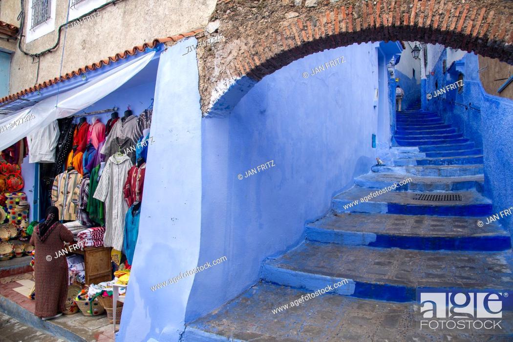 Imagen: small streets in blue village Chefchaouen in Maroc.