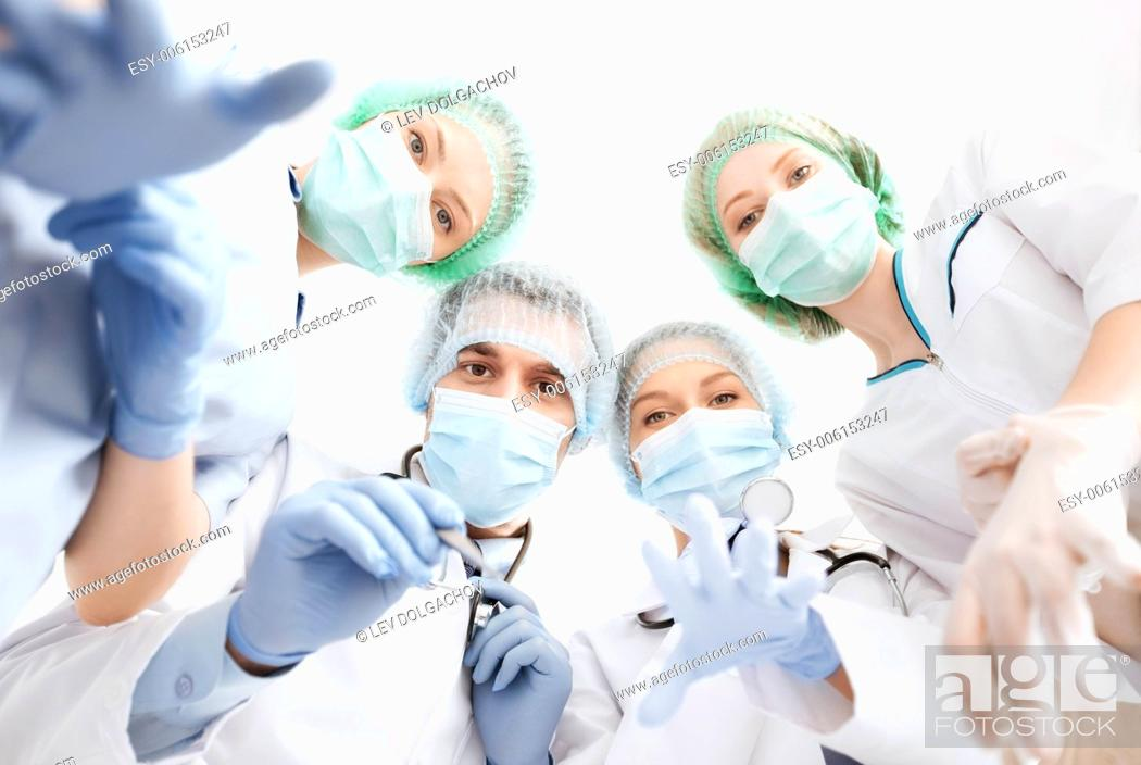 Imagen: picture of young team or group of doctors in operating room.