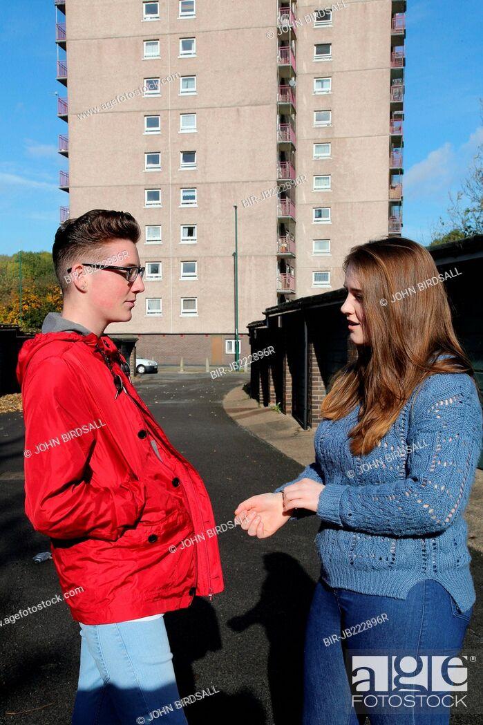 Imagen: Teenagers chatting near flats.