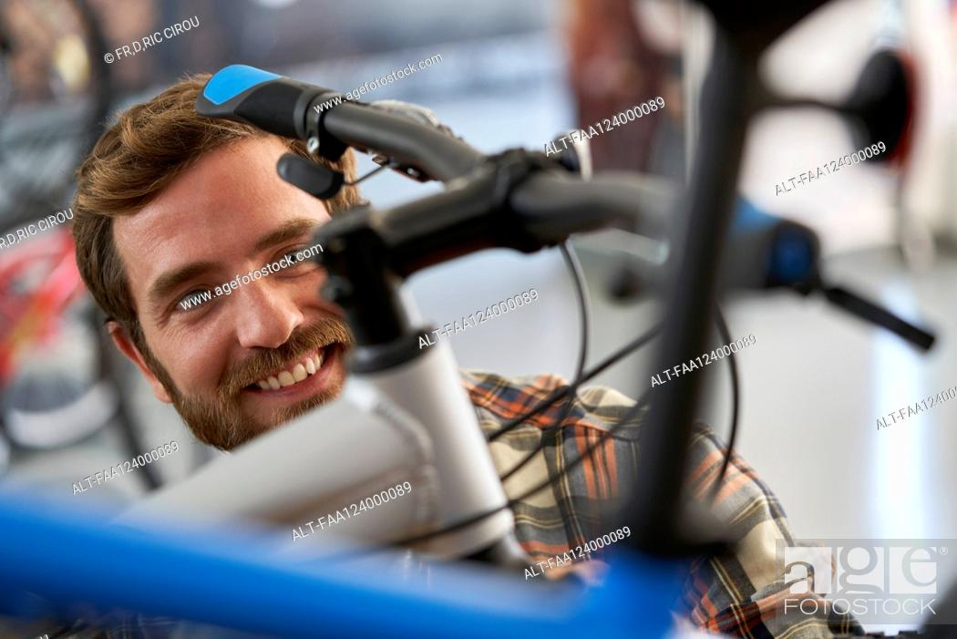 Imagen: Mechanic repairing bicycle in workshop.